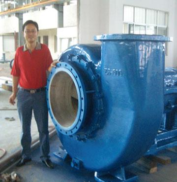在安装中的大型脱硫泵